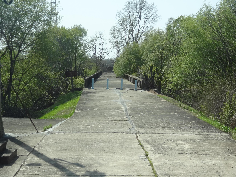 Le «Pont du non-retour» relie la Corée du Sud à la Corée du Nord dans la zone démilitarisée (DMZ). En 1953, les prisonniers libérés qui voulaient vivre au Nord devaient emprunter cette jonction et leur choix était définitif, d'où le nom de ce pont.