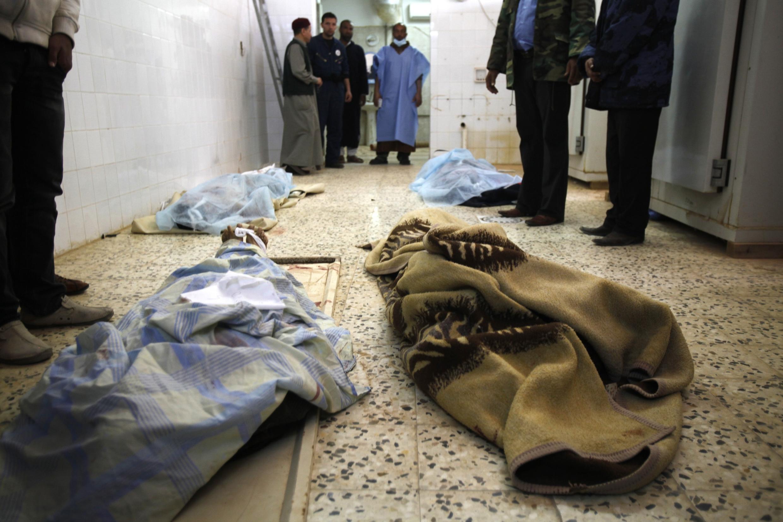 Los cuerpos de insurgentes muertos durante el ataque de las milicias de Kadafi a la ciudad de Ras Lanuf