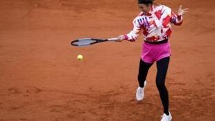 Victoria Azarenka golpea una bola durante su partido contra Danka Kovinic de la primera ronda del torneo de Roland Garros, el 27 de septiembre de 2020 en París