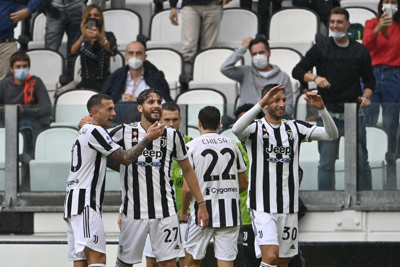 La joie du milieu de terrain de la Juventus Turin Manuel Locatelli (2e g), après avoir marqué le 3e but à domicile contre la Sampdoria, le 26 septembre 2021 au Juventus Stadium