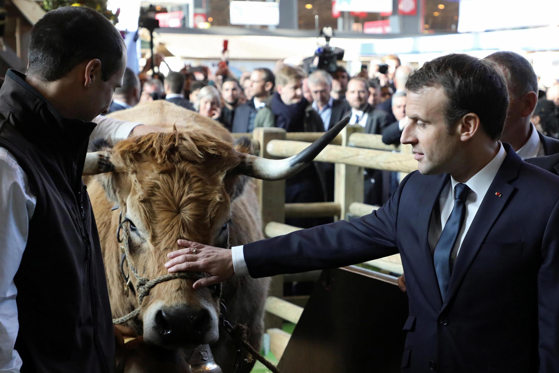 O presidente francês Emmanuel Macron em visita ao 55° Salão da Agricultura em Paris,em 24 de fevereiro de 2018.