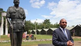 Jean-Serge Bokassa, fils de l'empereur Bokassa, devant la statue de son père, dans l'ancienne résidence de la famille transformée aujourd'hui en centre de formation militaire, à Berengo, le 3 novembre 2018.