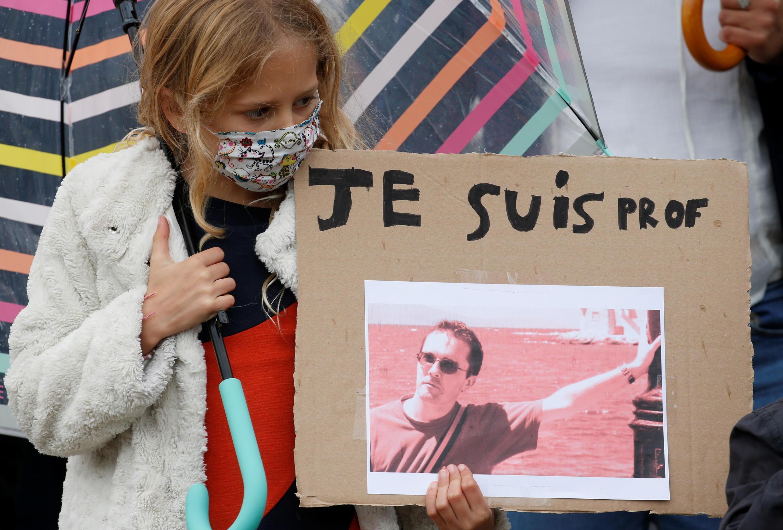 """Акция памяти убитого террористом учителя Самюэля Пати. Плакат с портретом убитого и надписью: """"Я - преподаватель"""". Лилль, 18 октября 2020."""
