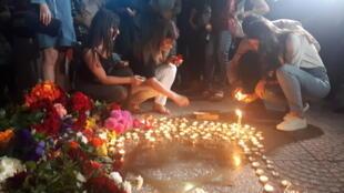 Жители Еревана оставляют на улицах цветы и свечи в память о Шарле Азнавуре
