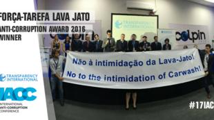 Equipe da Lava Jato recebe prêmio da Transparência Internacional no Panamá e protesta contra intimidação de procuradores.