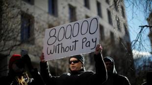 USA : «800 000 sans salaire» peut-on lire sur la pancarte de ce manifestant, en référence au nombre de fonctionnaires qui ne recevront pas leur salaire en janvier.