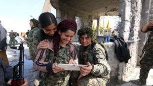 Các nữ chiến binh người Kurdistan, tại thị trấn al-Shadadi, Syria, 26/02/2016.