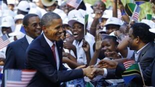 Shugaban Amurka Barack Obama yana gaisawa da Shugaban Tanzania Jakaya Kikwete cikin dafifin Jama'a à Dar Es Salam.