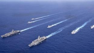 """美海军""""罗斯福""""号和""""尼米兹""""号航母打击群资料图片"""