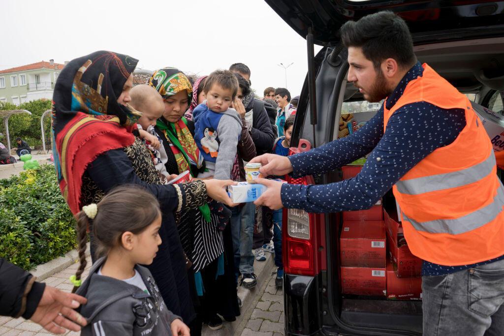 Des réfugiés reçoivent de la nourriture et des médicaments dans le parc de Cesme à Izmir en Turquie.
