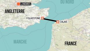 شمار زیادی از مهاجران تلاش میکنند سوار بر یک قایق لاستیکی بصورت غیرقانونی از کانال مانش عبور کرده و خود را از فرانسه به انگلستان برسانند.