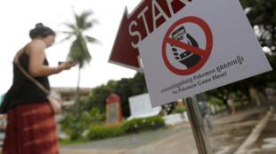 Des pancartes pour interdire l'utilisation de Pokémon Go à l'intérieur du musée Tuol Sleng ont été placées.