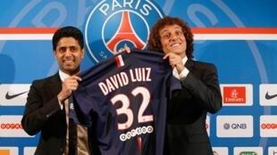 David Luiz ao lado de Nasser Al-Khelaïfi, presidente do PSG