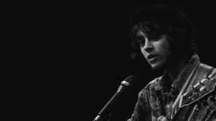 la cantante francesa Pomme en concierto para el programa SessionLab de RFI