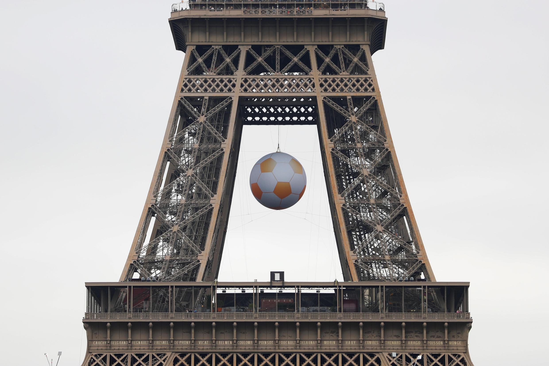 Eneo la mnara wa Tour Eiffel ambalo ni maarufu jiji Paris