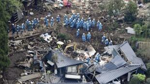 救援人员试图从地震废墟中救出被困者, le 16 avril 2016.