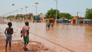 Une rue inondée de Niamey après de fortes pluies, en juin 2017 (photo d'illustration).