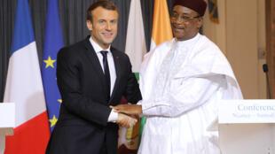 Emmanuel Macron da Mahamadou Issoufou a lokacin zantawa da manema labaru a Niamey, 23 Decembre 2017.