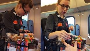 Merve, vendeuse ambulante sur une grande ligne néerlandaise, propose même des batteries de téléphone portable.