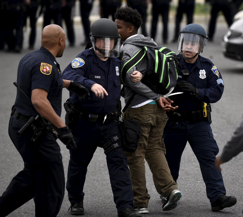 La police arrête des manifestants après les funérailles du jeune Noir Freddie Gray, à Baltimore, le 27 avril 2015.