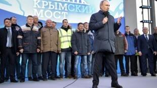 Le président russe, Vladimir Poutine, durant l'inauguration de la voie ferrée qui relie la Russie à la Crimée, le 23 décembre 2019.