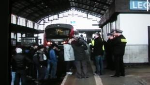 Après plusieurs heures de négociations avec la police, les réfugiés tchétchènes sont finalement descendus à quai.