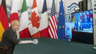 O primeiro-ministro britânico Boris Johnson, que preside o G7,  assiste à reunião por videoconferência em 19 de fevereiro de 2021.