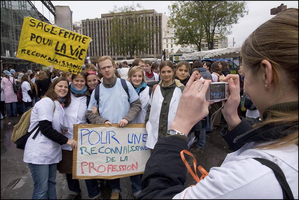 Parteiras protestam há quatro meses pelo reconhecimento de suas funções médicas nos hospitais públicos franceses.
