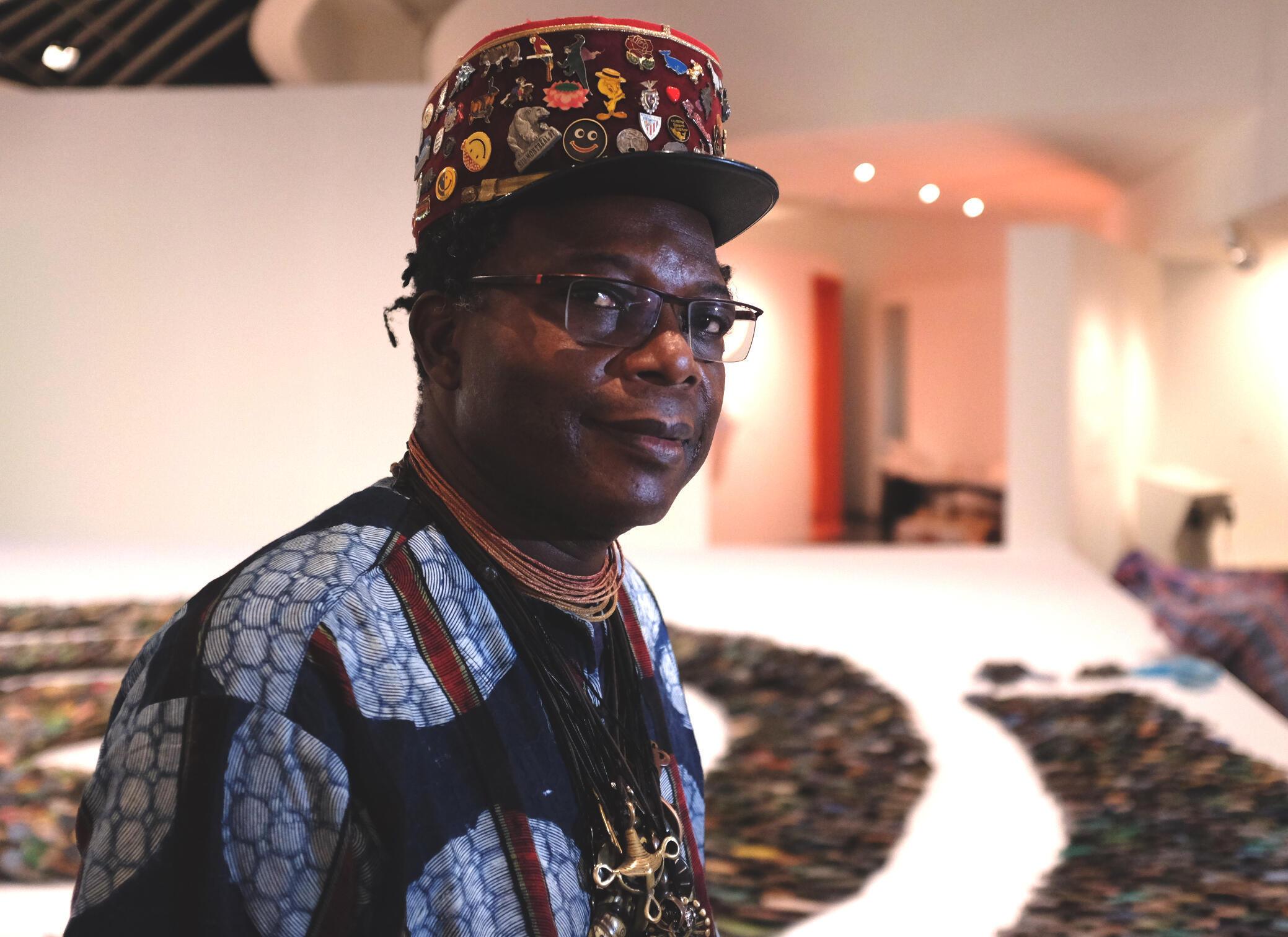 L'artiste plasticien béninois Romuald Hazoumè dans l'exposition « Ex Africa – présences africaines dans l'art aujourd'hui », au musée du Quai Branly, à Paris.  © Siegfried Forster / RFI