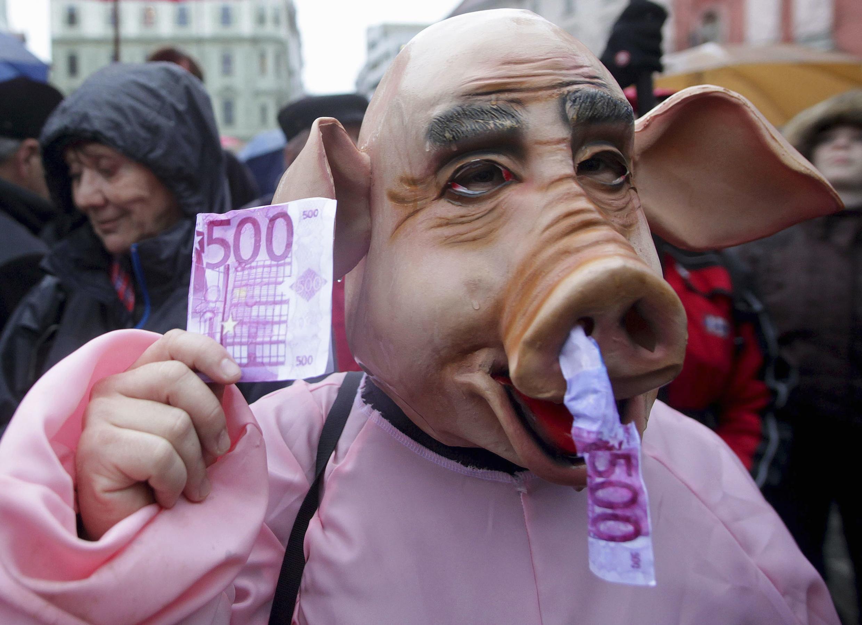 Un homme déguisé en porc lors d'une manifestation anti-corruption dans les rues de Ljubljana, le 17 janvier 2014.