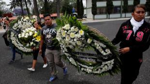 Hommage aux victimes de la fusillade au camp militaire de Puebla, le 5 mai 2017.