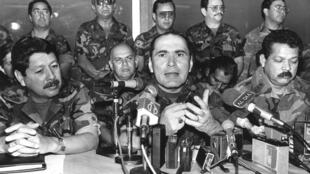 Le général Rafael Humberto Larios, alors ministre de la Défense, entouré de plusieurs hauts gradés, le 27 novembre 1990. C'est l'un des militaires responsables de l'assassinat des sept  jésuites dont l'Espagne demande l'extradition.