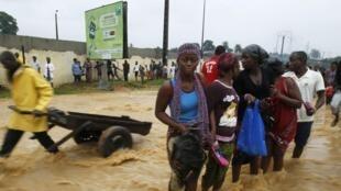 Une rue inondée d'Abidjan, en Côte d'Ivoire, le 29 juin 2014.