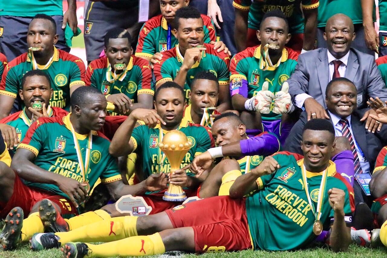 Timu ya Cameroon wamekusanyika karibu na Kombe walilonyakua baada ya kuwashinda Msri 2-1.