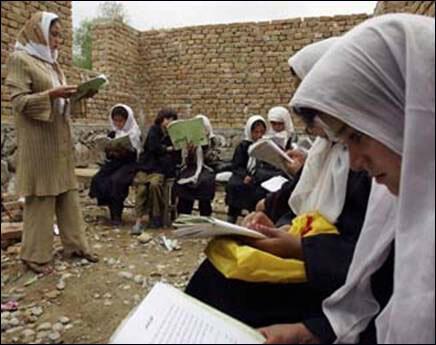 در بخشی از مکاتب افغانستان، دختران در شرایط دشواری آموزش می بینند