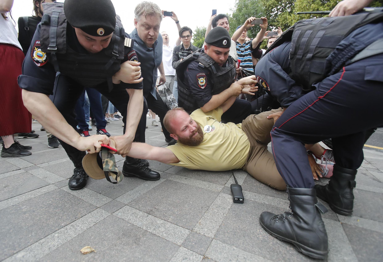 Акция протеста, которая прошла в Москве 12 июня, закончилась жесткими задержаниями