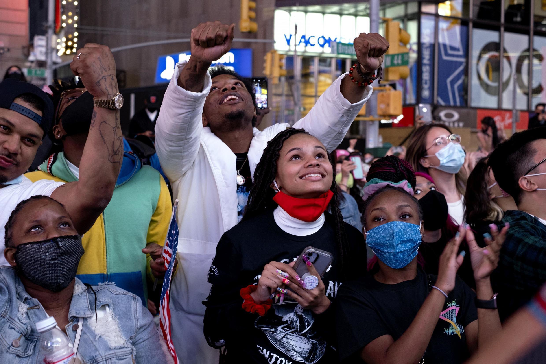 Wapiga kura vijana wa chama cha Democrat wa New York, wakisikiliza hotuba ya ushindi ya Joe Biden huko Times Square Novemba 7, 2020.