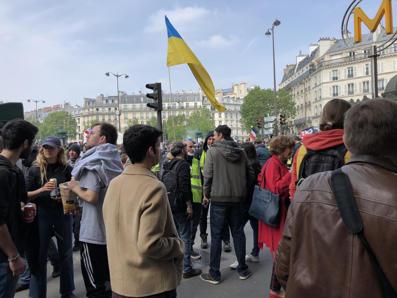 Украинский флаг на демонстрации 1 мая в Париже.
