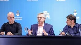 O presidente argentino Alberto Fernández (ao centro) ao lado do prefeito de Buenos Aires Horacio Rodriguez Larreta (à esq.) e do governador da província de Buenos Aires, Axel Kicillof (à dir.) durante anúncio de medidas contra o coronavírus. )