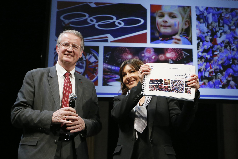 Bernard Lapasset, do Comitê Francês de Esporte, e a prefeita de Paris, Anne Hidalgo, apresentaram projeto.