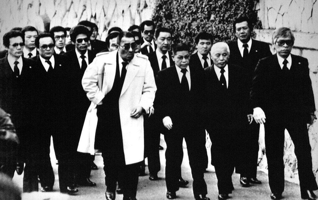 Los principales miembros del Yamaguchi-gumi, la mayor organización yakuza de Japón, llegan al funeral en Kobe, al oeste de Japón, el 16 de diciembre de 1988, de su jefe Masahisa Takenaka, que fue asesinado por un pistolero de un grupo disidente en febrero de 1985.