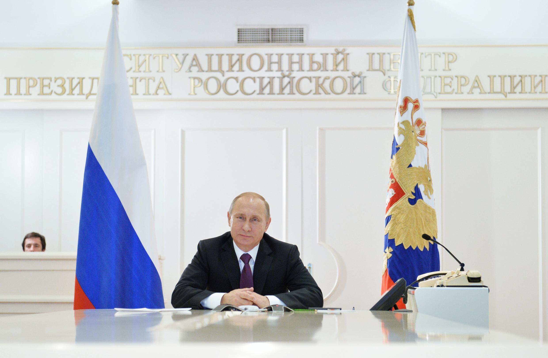 O presidente russo, Vladimir Putin, participa de vídeo-conferência em Moscou nesta sexta-feira, 26 de dezembro de 2014.
