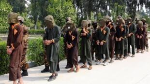 شورشیان دستگیرشده توسط نیروهای امنیتی افغانستان، در یک نمایش رسانهای در جلالآباد. سهشنبه ٢٠ حوت- اسفند/ ١٠ مارس ٢٠٢٠