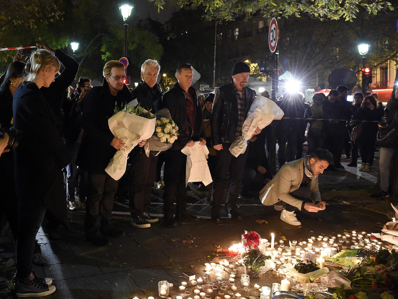Le groupe irlandais U2 rend hommage aux victimes de l'attentat au Bataclan, salle de concert de l'Est parisien, samedi soir.