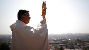 Архиепископ парижский у базилики Сакре-Кер в четверг, 9 апреля 2020 г.