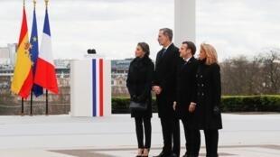 Emmanuel Macron, le roi d'Espagne Felipe VI et leurs épouses sur la place du Trocadéro lors de cérémonie d'hommage aux victimes du terrorisme, le 11 mars 2020.