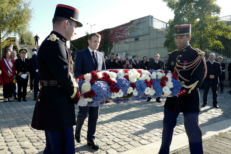 El presidente francés, Emmanuel Macron, coloca una corona de flores en recuerdo de las víctimas de la matanza de 1961, cerca del puente de Bezons, el 16 de octubre de 2021