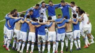 Gregos comemoram a classificação para as quartas de final da Eurocopa 2012 depois de eliminarem a Rússia.