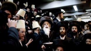 Bnei Brak est l'une des villes les plus marquées religieusement d'Israël. Ici les «craignant de dieu» lors de la fête de Pourim, en 2010.