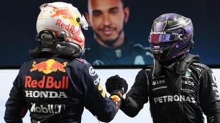 El piloto holandés Max Verstappen (izq) felicita al ganador del Gran Premio de F1 de Portugal, el británico Lewis Hamilton, en el circuito del Algarve en Portimao el 2 de mayo de 2021